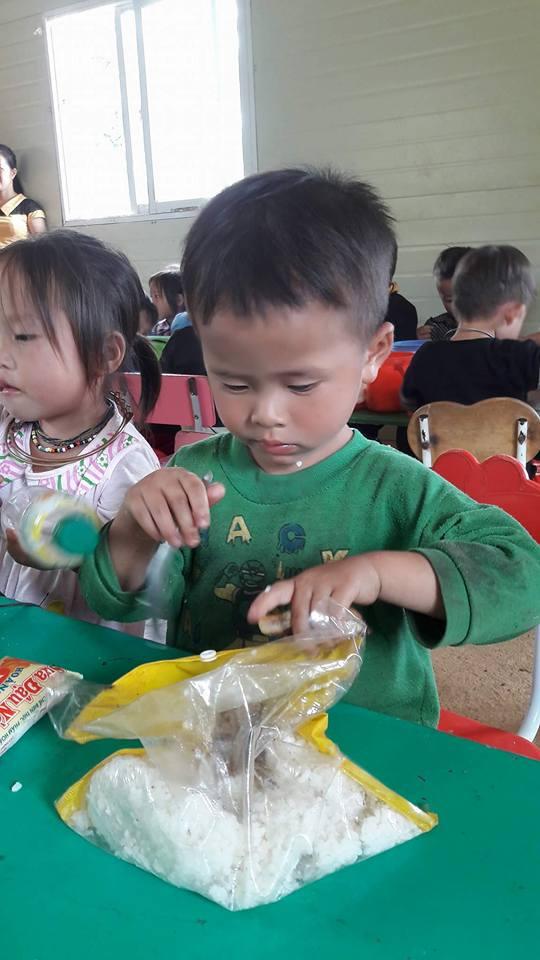 bữa cơm vùng cao, bữa cơm của những em bé vùng cao, bữa cơm với cơm trắng và nước lã