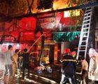 Cháy lớn ở Đê La Thành nhiều cửa hàng bị thiêu rụi, người dân hoảng loạn